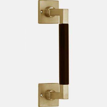 Deurgreep Bauhaus op vierkant rozet. messing getrommeld-ebben 300mm